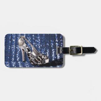 El tacón alto de plata añade lentejuelas del estam etiquetas maleta