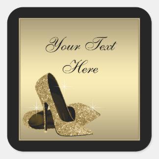 El tacón alto del oro calza favor de fiesta del pegatina cuadrada