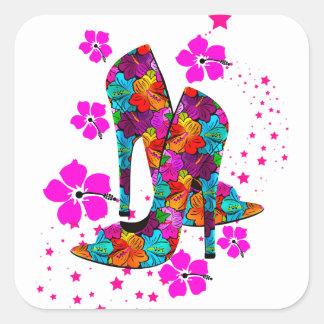 El tacón alto del verano calza las flores de las pegatina cuadradas personalizadas