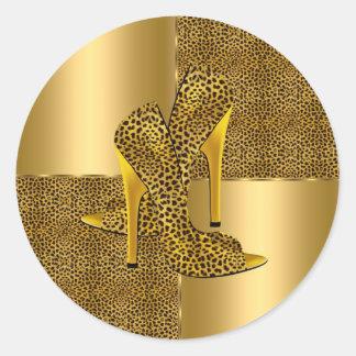 El tacón alto elegante del leopardo del oro calza pegatina redonda