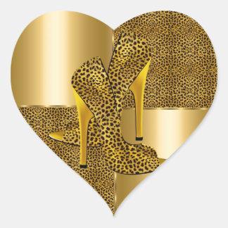 El tacón alto elegante del leopardo del oro calza pegatina en forma de corazón