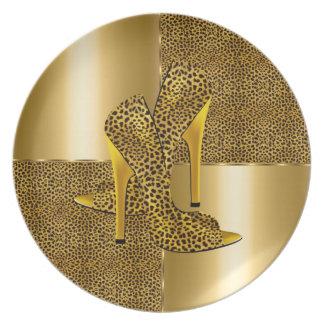 El tacón alto elegante del leopardo del oro calza  plato de cena