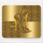 El tacón alto elegante del leopardo del oro calza  tapetes de raton