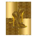 El tacón alto elegante del leopardo del oro calza  postal