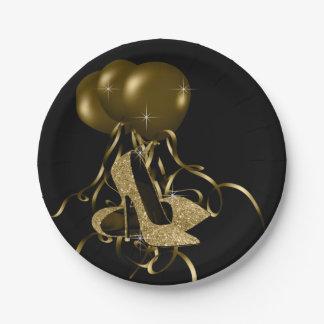 El tacón alto negro del brillo del oro calza el plato de papel de 7 pulgadas
