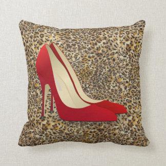 el tacón alto rojo calza la almohada