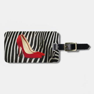 el tacón alto rojo calza la etiqueta del equipaje etiquetas bolsa