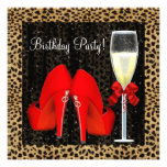El tacón alto rojo de los cócteles calza cumpleaño invitacion personalizada