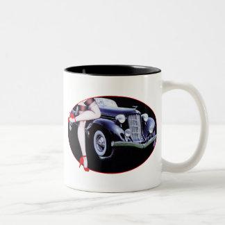 El tacón alto rojo del coche de Speedster calza la Taza De Café