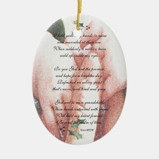 El tacto de un nieto adorno navideño ovalado de cerámica