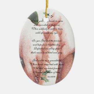 El tacto de un nieto adorno ovalado de cerámica