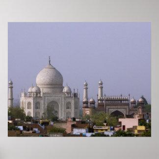 el Taj Mahal domina la ciudad de Agra Poster