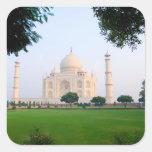 El Taj Mahal en la salida del sol una de las Calcomania Cuadrada Personalizada