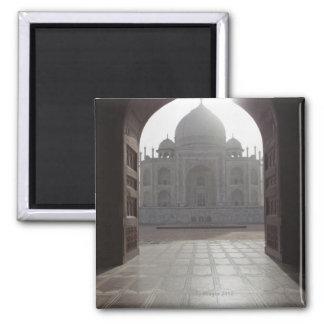 El Taj Mahal enmarcado a través de la entrada a Imán Cuadrado