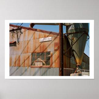El taller viejo con el canal inclinado posters