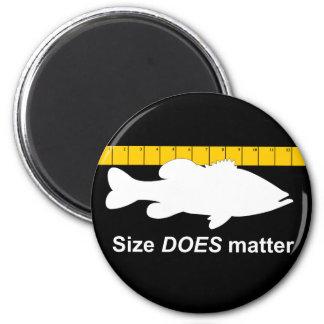 """El """"tamaño importa"""" - pesca de la lubina divertida imán redondo 5 cm"""