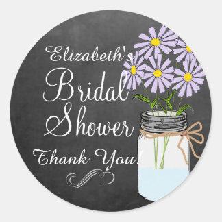 El tarro de albañil con lavanda florece la ducha pegatina redonda
