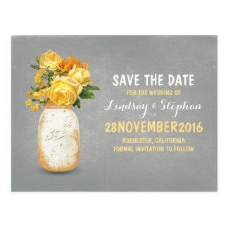 El tarro de albañil pintado y las flores amarillas postales