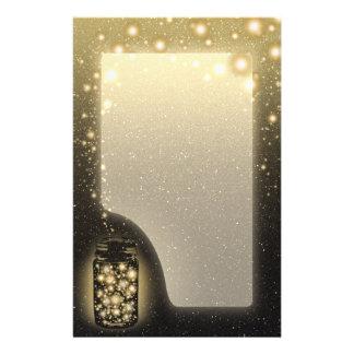 El tarro que brilla intensamente de luciérnagas co papelería de diseño