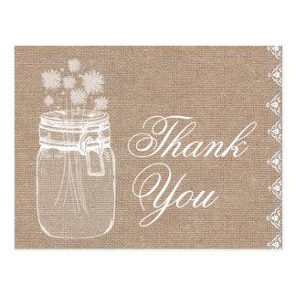El tarro y las flores rústicos de albañil le tarjeta postal