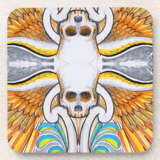 El tatuaje colorido del cráneo y de las alas posavasos de bebidas