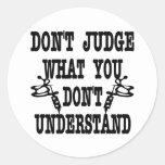 El tatuaje no juzga lo que usted no entiende etiqueta redonda