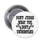 El tatuaje no juzga lo que usted no entiende pin