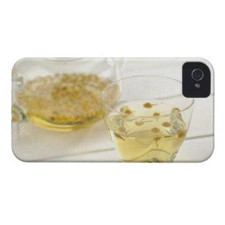 El té de hierba que una tetera de cristal y una carcasa para iPhone 4 de Case-Mate