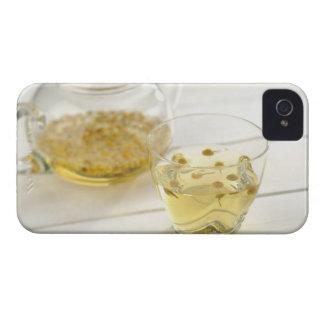 El té de hierba que una tetera de cristal y una funda para iPhone 4 de Case-Mate