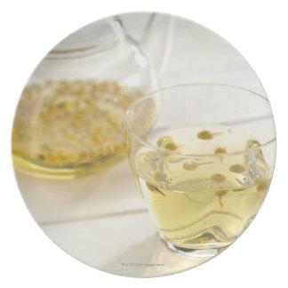 El té de hierba que una tetera de cristal y una plato para fiesta