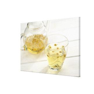 El té de hierba que una tetera de cristal y una ta lona envuelta para galerias