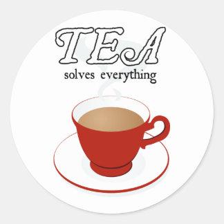 El té soluciona todo pegatina redonda