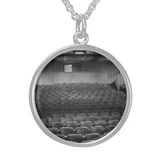 El teatro asienta blanco negro collar de plata esterlina