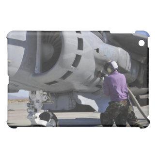 El técnico del combustible de aviación ata una