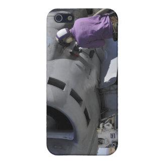 El técnico del combustible de aviación ata una iPhone 5 funda