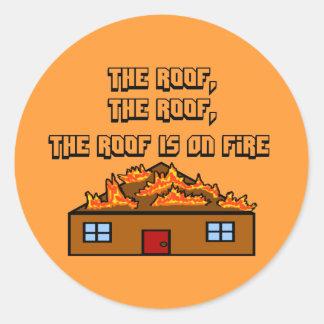 El tejado está en los Fuego-Pegatinas Pegatina Redonda