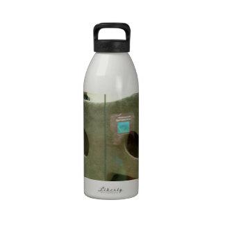 El tejón americano cuida botella de agua