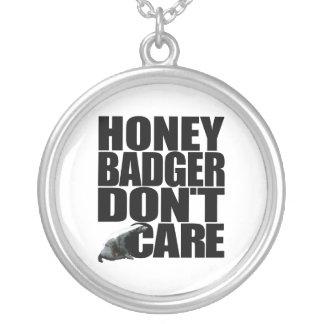 El tejón de miel no cuida el collar