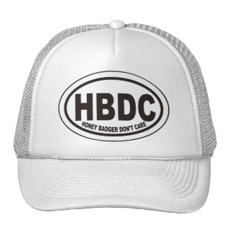 El tejón de miel no cuida el gorra de la etiqueta