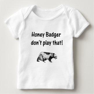 el tejón de miel no juega eso playera de bebé