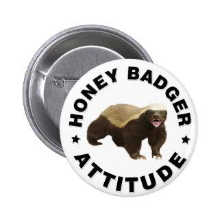 El tejón de miel tiene actitud pin redondo de 2 pulgadas