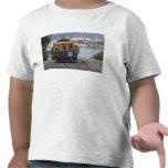 El teleférico chugs encima de la calle de Hyde en Camisetas