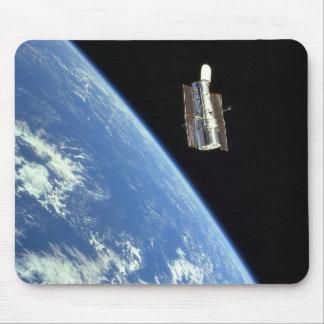 El telescopio espacial de Hubble con una tierra az Alfombrillas De Ratón