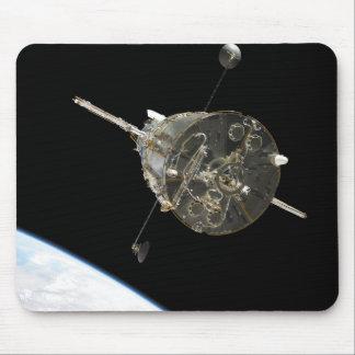El telescopio espacial de Hubble en órbita sobre l Alfombrillas De Ratones