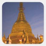 El templo de la lata de Shwe Myin, oscuridad, hace Calcomanías Cuadradass