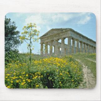 El templo griego, Segesta, Sicilia, Italia florece Tapete De Ratón