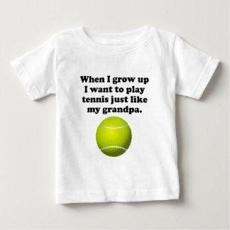 El tenis del juego tiene gusto de mi abuelo playera de bebé