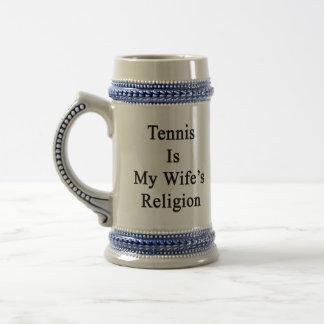 El tenis es la religión de mi esposa taza