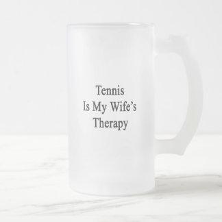 El tenis es la terapia de mi esposa taza de café