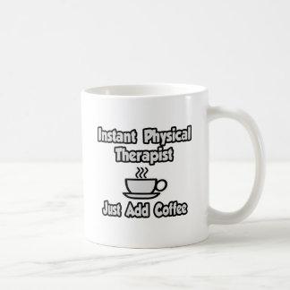 El terapeuta físico inmediato… apenas añade el caf tazas